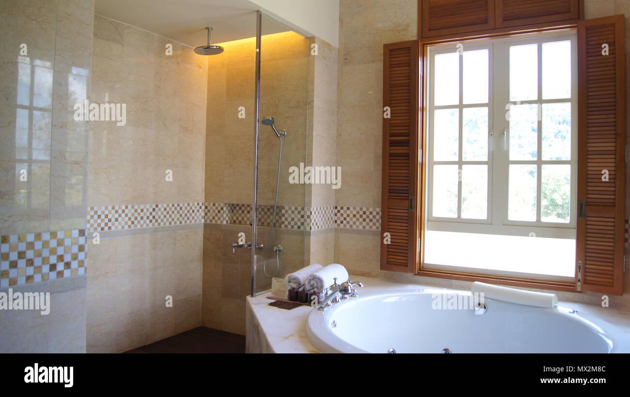 PULAU Langkawi (Malaisie)   Avril 2015 4ème : Suite Hôtel De Luxe Intérieur  Salle De Bains Avec Jacuzzi