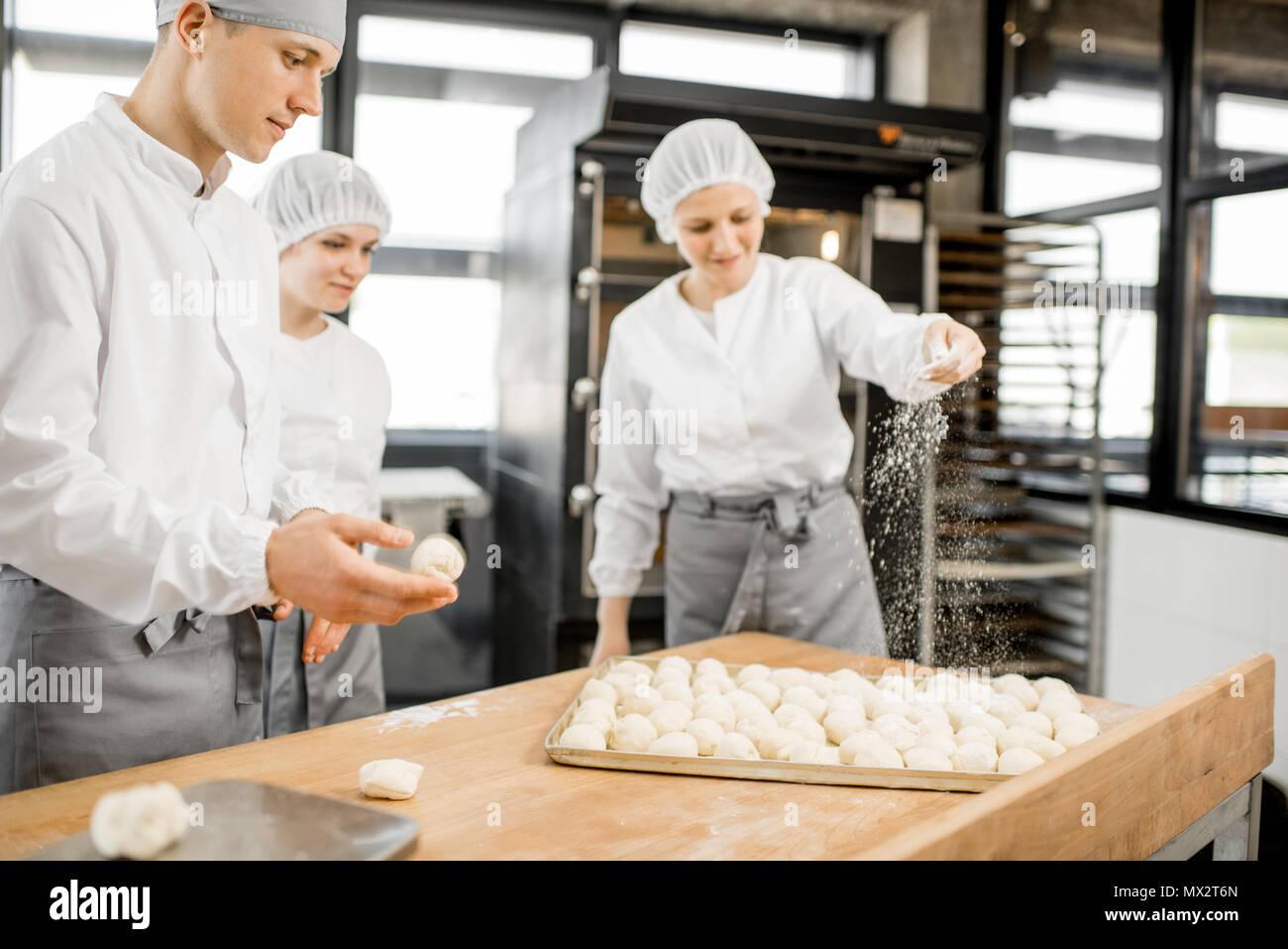 Les boulangers de décisions au niveau de la fabrication des brioches Photo Stock