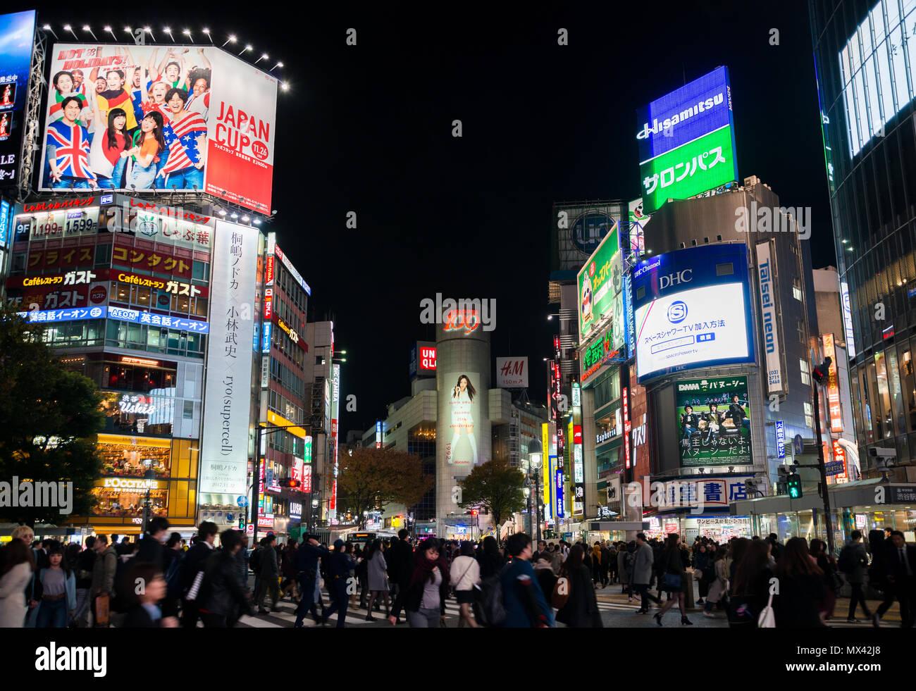 Tokyo by night. Le fameux croisement de Shibuya, l'intersection la plus occupée dans le monde Banque D'Images