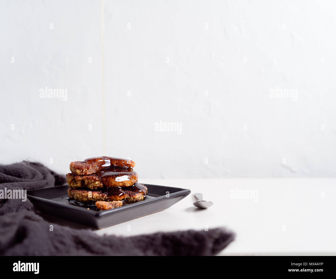 Pile de crêpes le quinoa avec du sirop. Petit-déjeuner sain Photo Stock