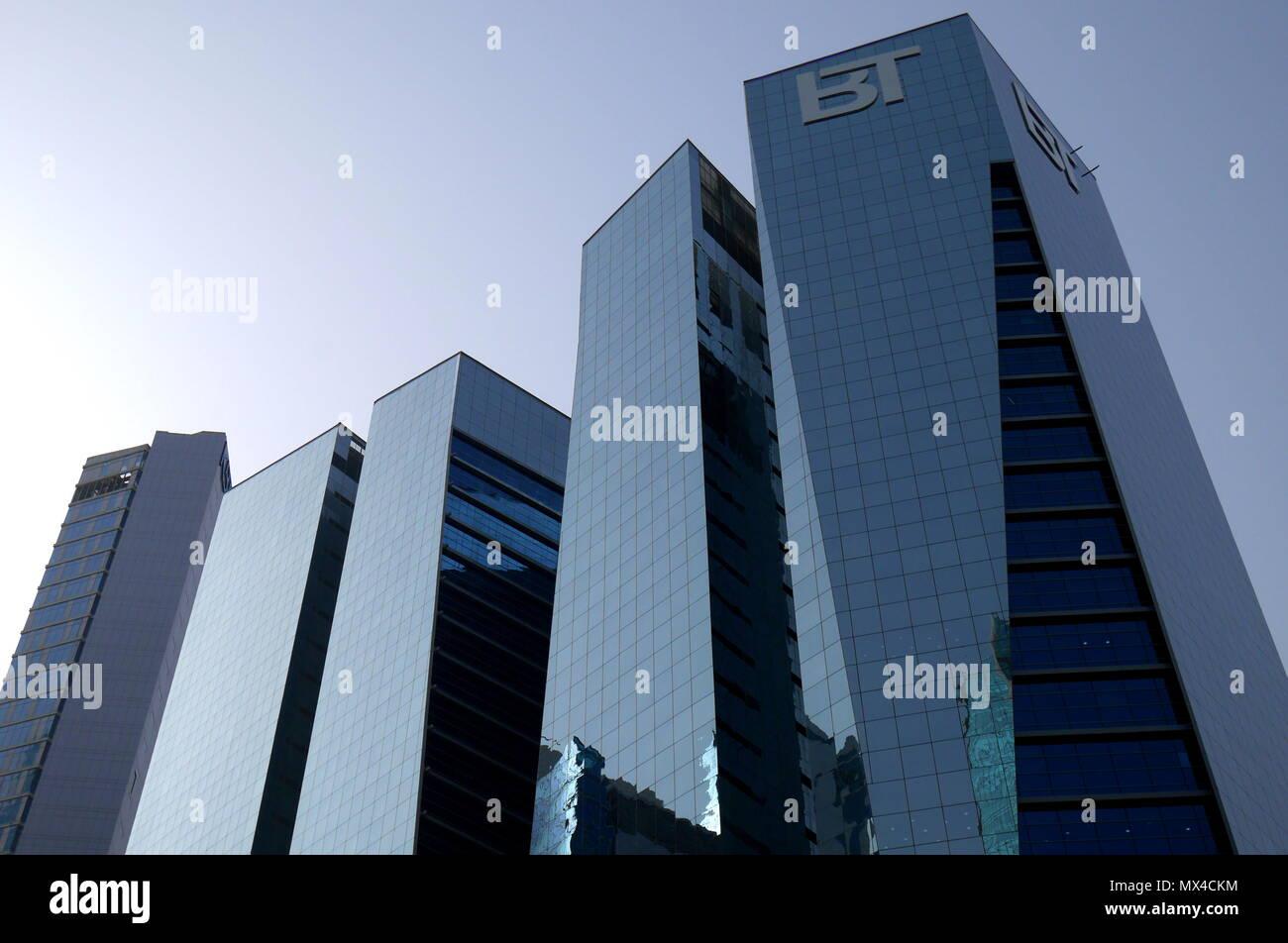 Les façades en verre noir de la tour de bureaux koweït koweït
