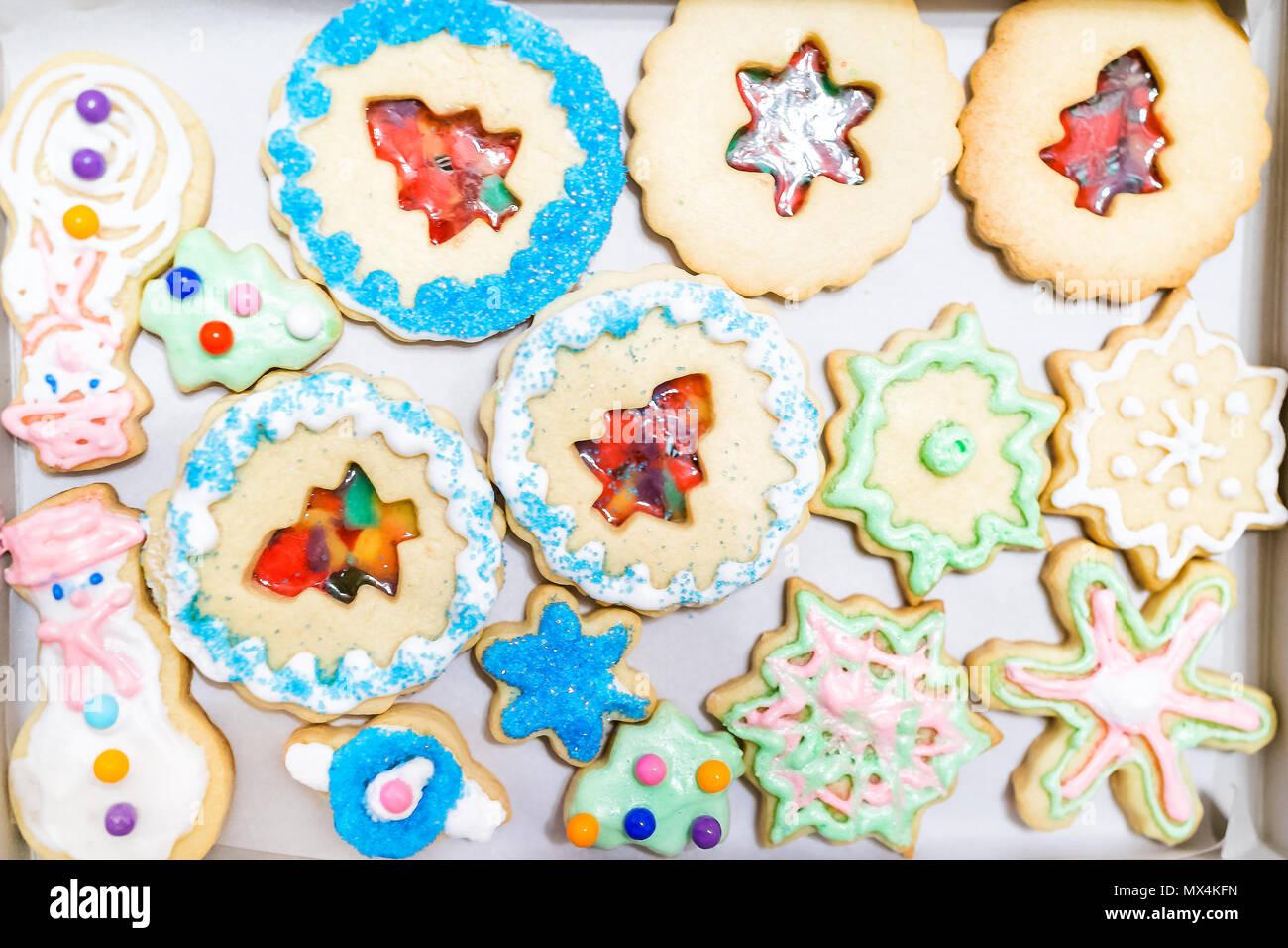 Boîte de papier du bac rempli de cadeaux beaucoup de givrage décoré avec des bonbons colorés sucre émaillés bleu artificiel de vacances de Noël fait maison de boulangerie sprinkles cooki Banque D'Images