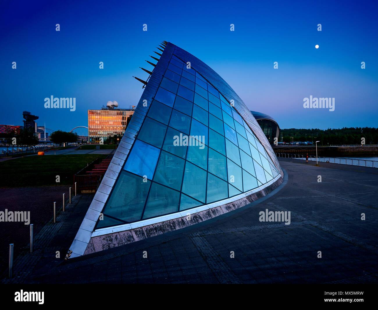 Centre des sciences de Glasgow à l'heure bleue, avec la lune sur le ciel, coucher de soleil, Glasgow, Ecosse Banque D'Images