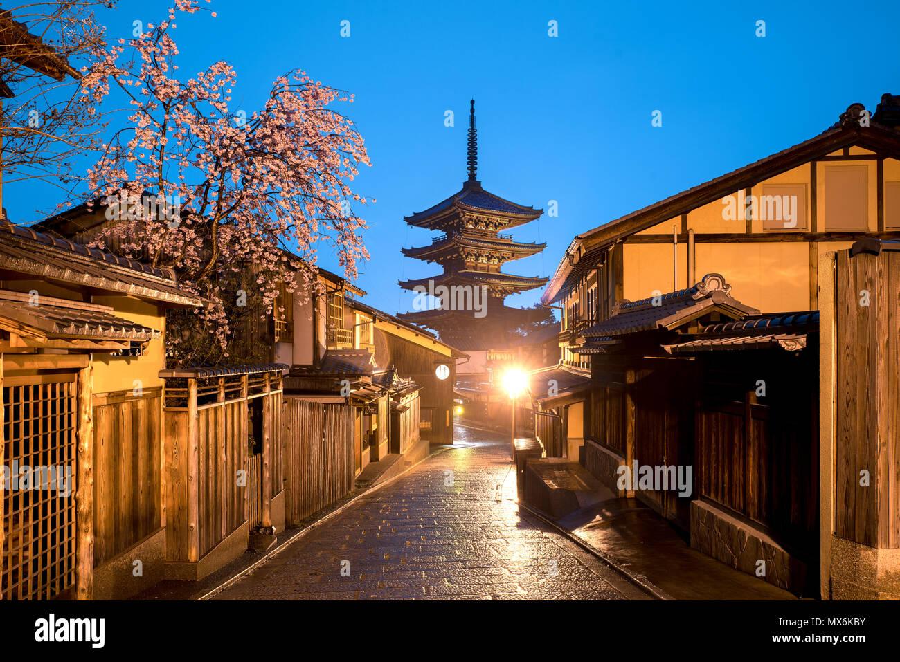 Pagode japonaise et vieille maison avec cherry blossom à Kyoto au crépuscule. Photo Stock
