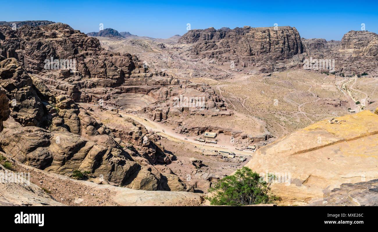 Vue aérienne sur le théâtre romain et la rue de façades de la cité perdue de Petra, Jordanie Photo Stock