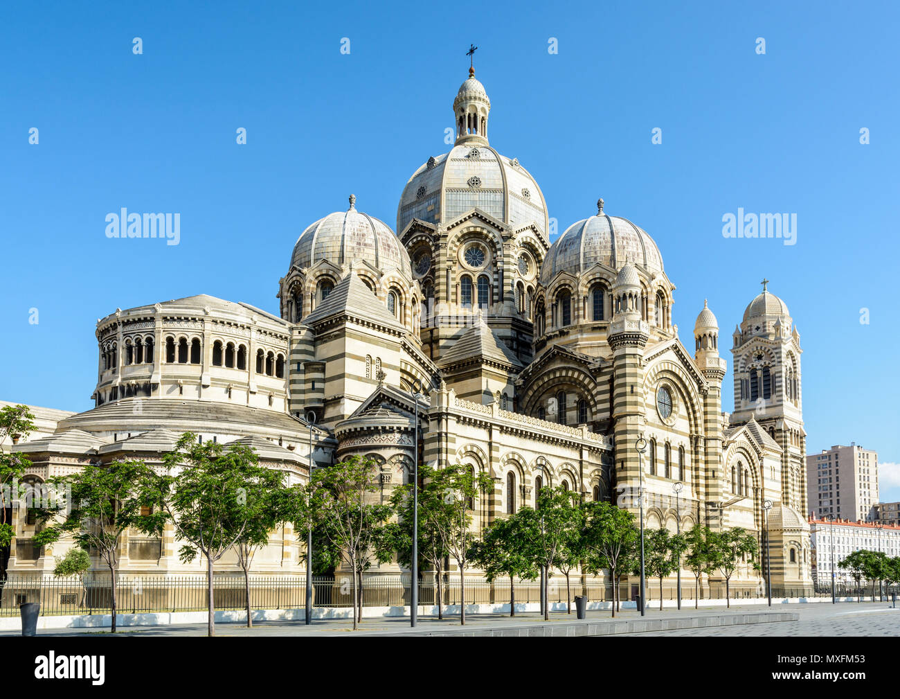 Les trois-quarts vue arrière de la cathédrale de Marseille, Sainte-Marie-Majeure, également connu sous le nom de la Major, un style néo-byzantin bâtiment catholique atteint Banque D'Images