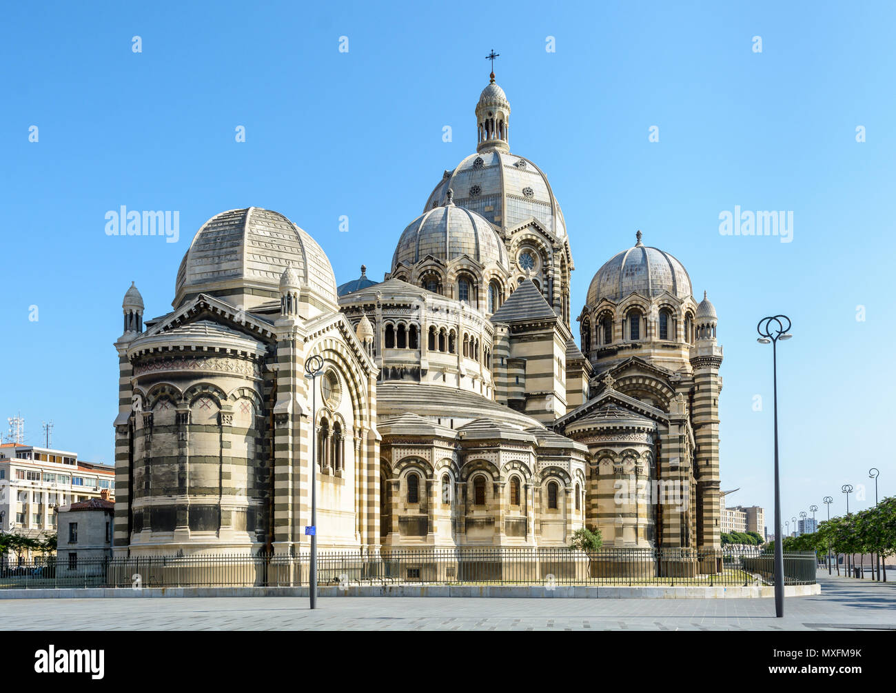 Vue arrière de la cathédrale de Marseille, Sainte-Marie-Majeure, également connu sous le nom de la Major, un bâtiment de style néo-byzantin atteint en 1893 dans la région de Joliette d Banque D'Images