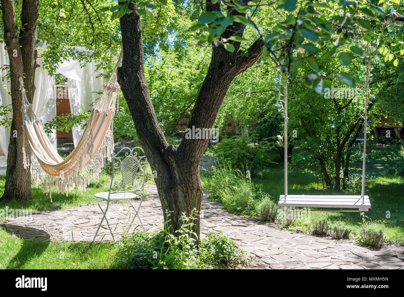 Balancoire En Bois Sur Corde Et Hamac Sous Le Grand Arbre Du Jardin