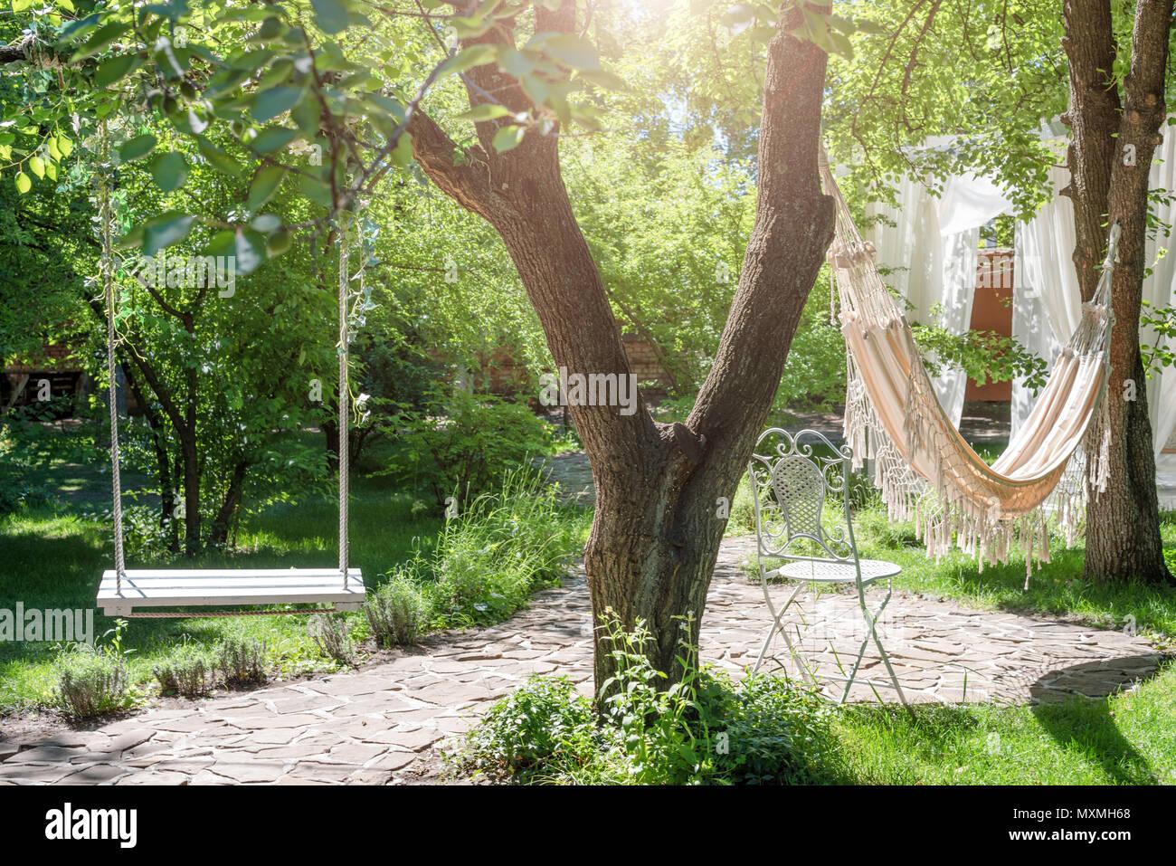 balan oire en bois sur corde et hamac sous le grand arbre du jardin banque d 39 images photo stock. Black Bedroom Furniture Sets. Home Design Ideas