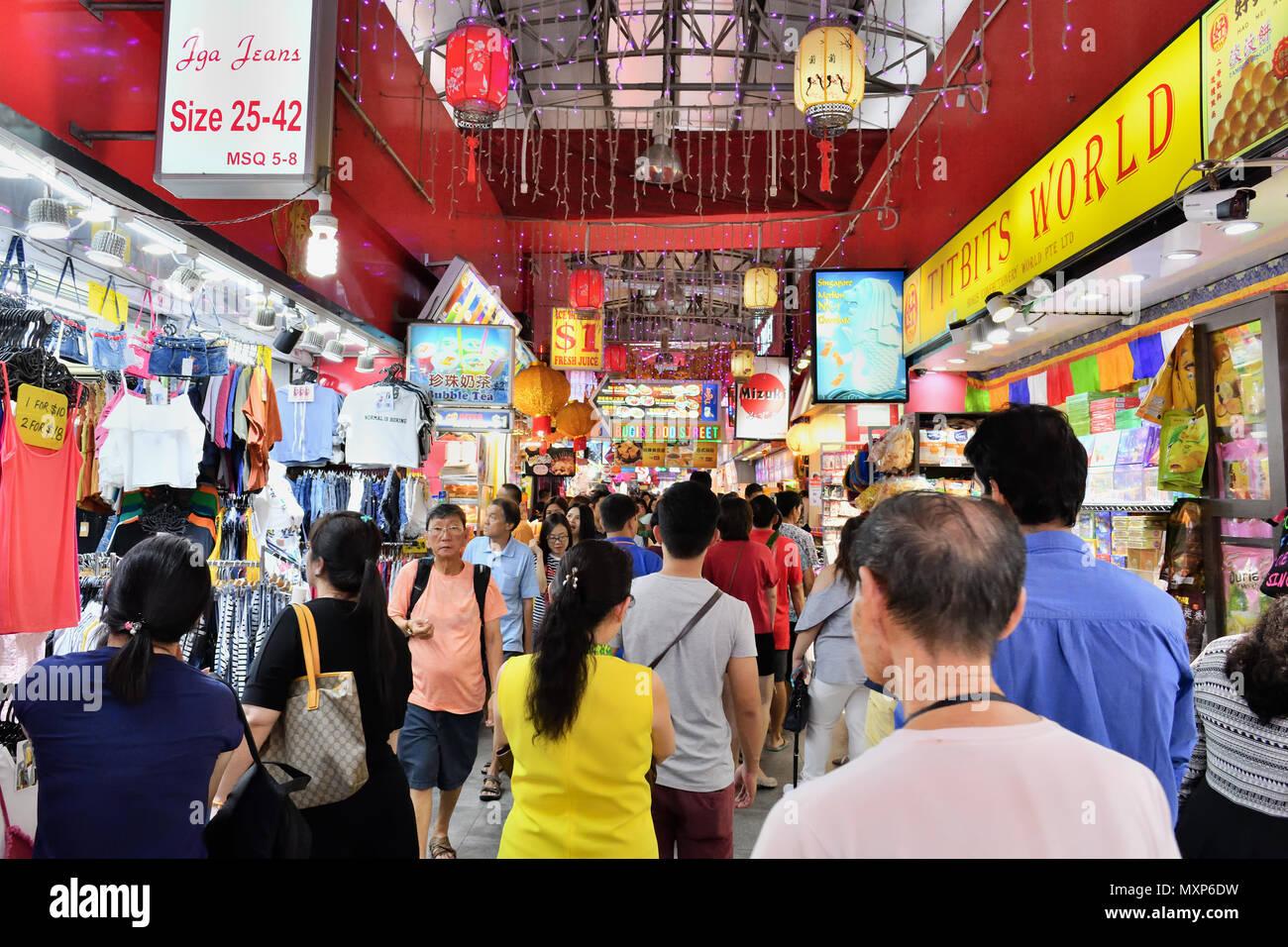 Bugis Street, Singapour. Ce budget-friendly mall et attraction touristique est bondée de touristes et de visiteurs à la recherche d'aubaines. Banque D'Images
