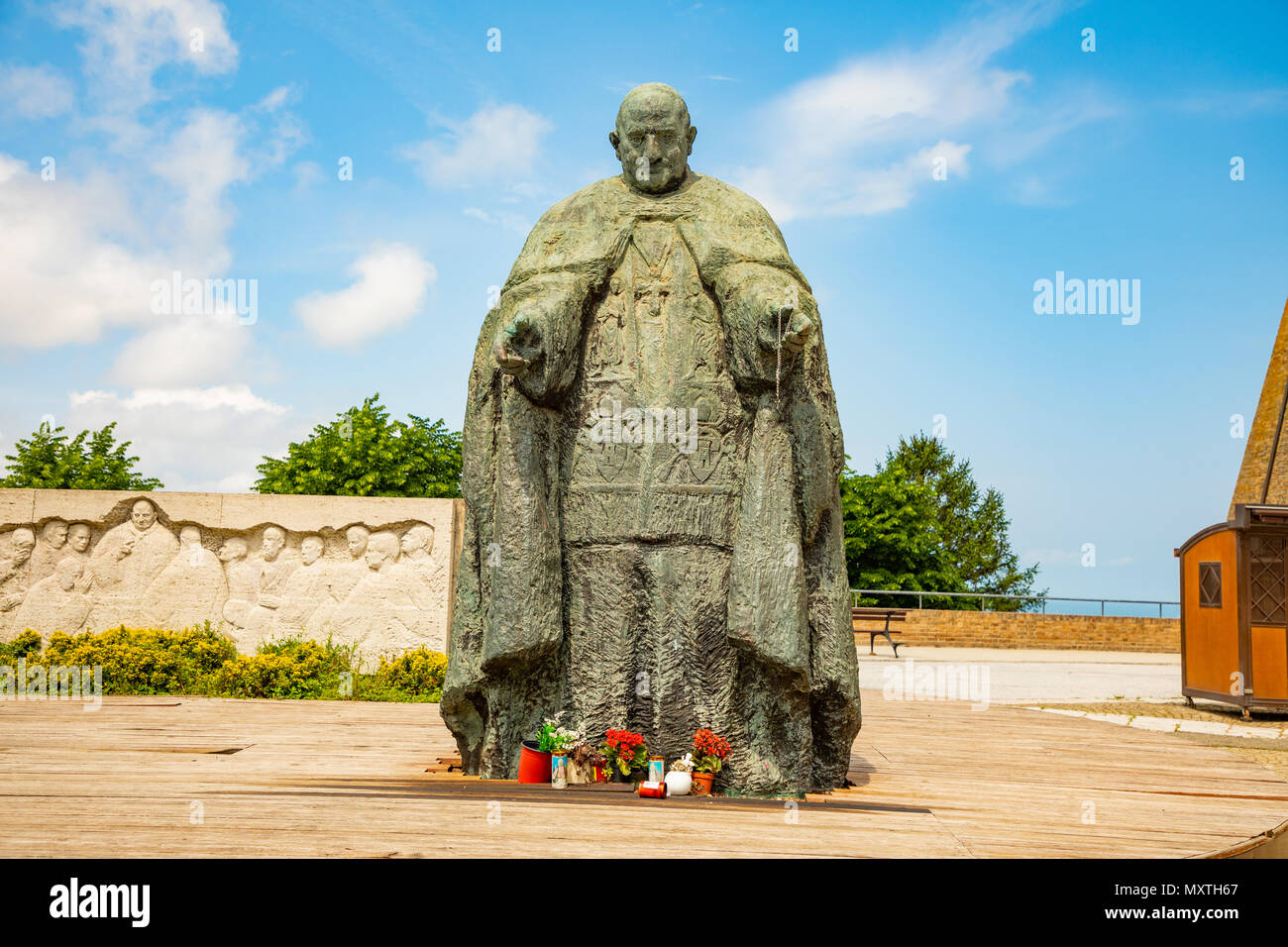 Le monument de Papa Giovanni XXIII suivant pour Lreto basilique en Italie Photo Stock