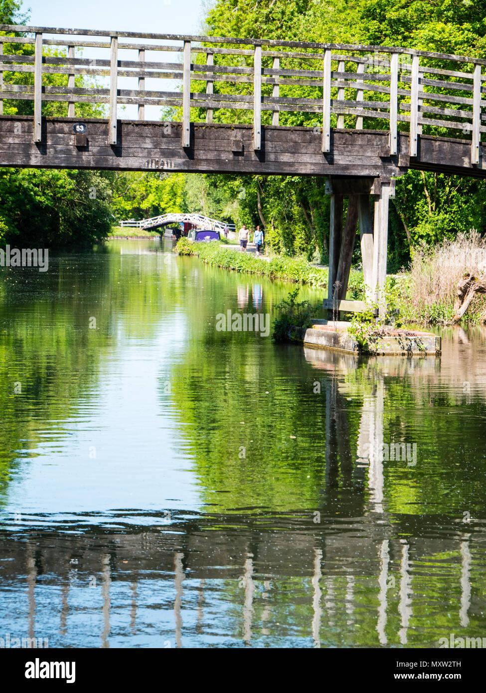 Greenham Mill Passerelle, Newbury, rivière Kennett, Berkshire, Angleterre, RU, FR. Photo Stock