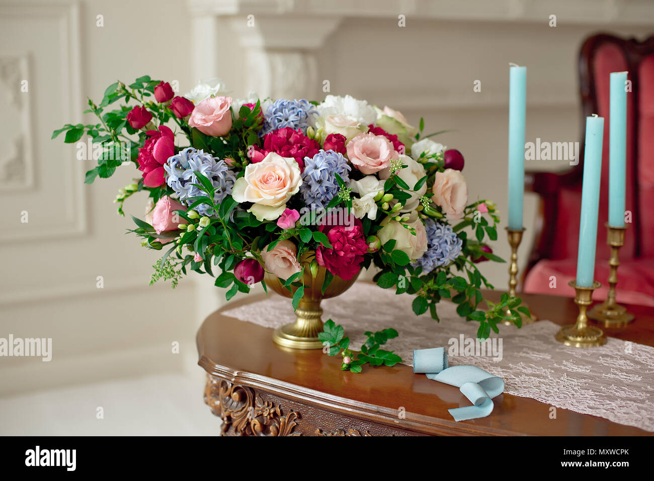 close-up bouquet de fleurs sur table vintage en style baroque blanc