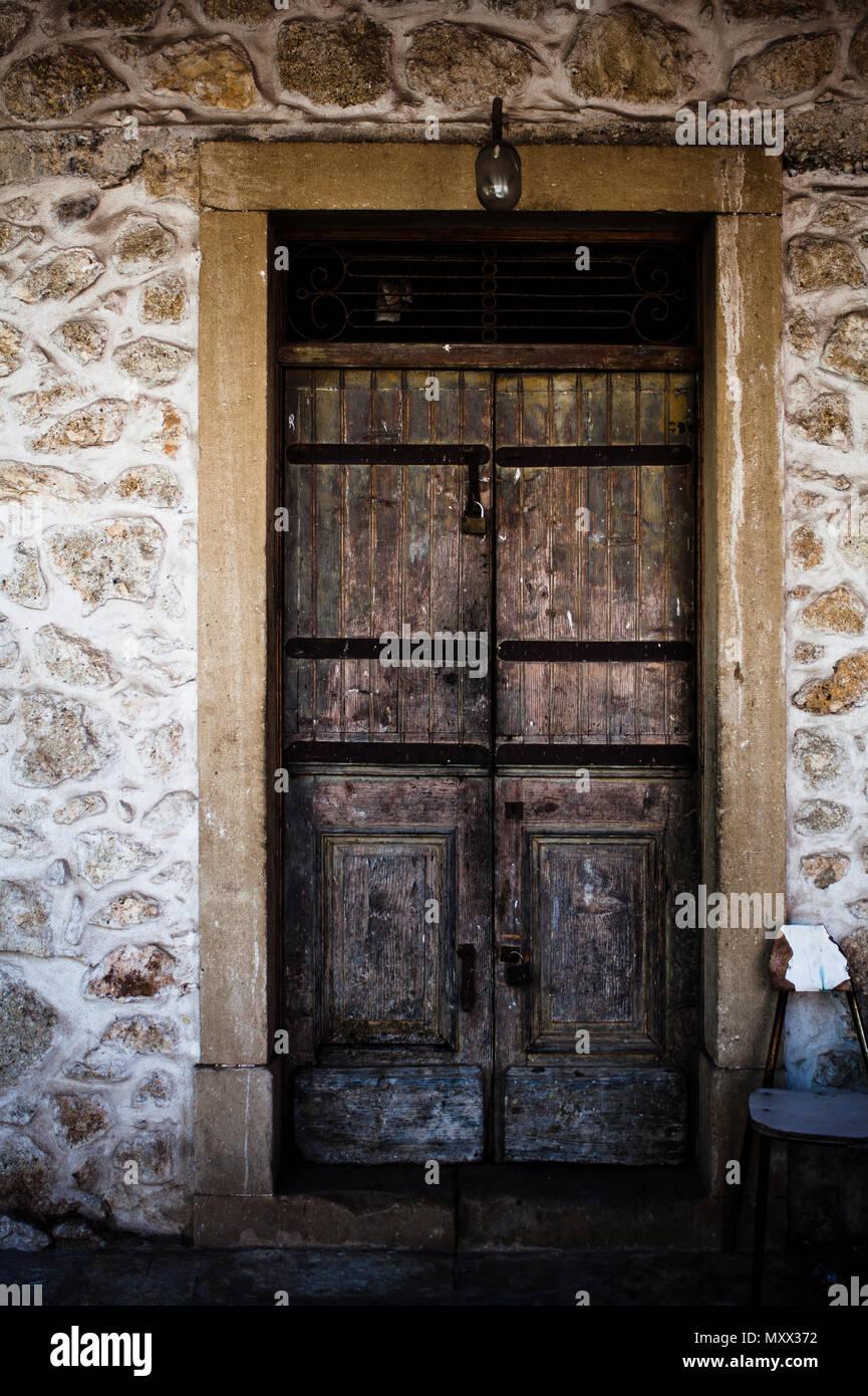 Vieille Porte En Bois Ancienne vieille porte en bois ancienne en pierres historique à