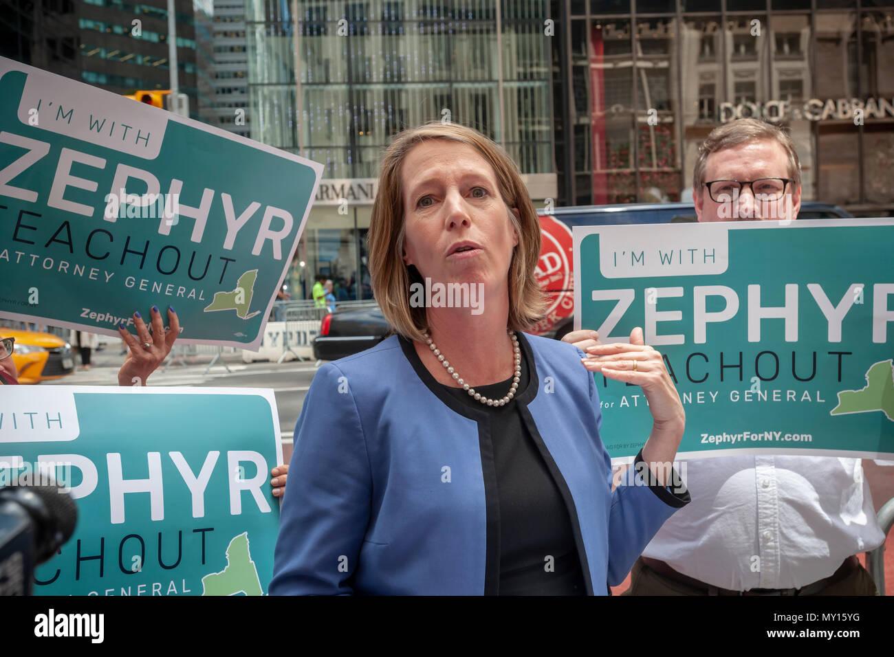 New York, USA. 5 juin, 2018. Comité permanent sur la cinquième avenue par Trump Tower Zephyr Teachout NYS démocratique partisans rejoint le mardi 5 juin 2018, alors qu'elle annonce qu'elle est de rejoindre le domaine et le fonctionnement de l'État de New York, en remplacement du procureur général Eric disgracié Schneiderman qui a démissionné. Teachout a fait l'annonce le premier jour de pétitionner, qu'elle a à faire pour obtenir sur les bulletins n'ayant pas obtenu 25 % des votes des délégués lors du récent congrès de l'État démocratique. (© Richard B. Levine) Crédit: Richard Levine/Alamy Live News Banque D'Images