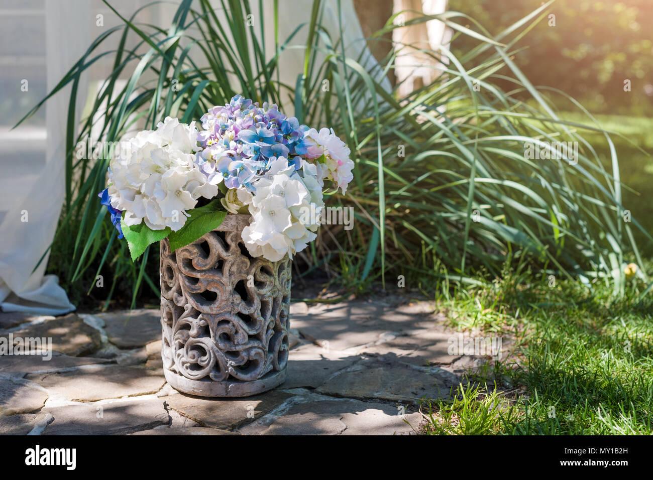 Arrangement de fleurs fraîches dans un vase dans le jardin. Bouquet ...