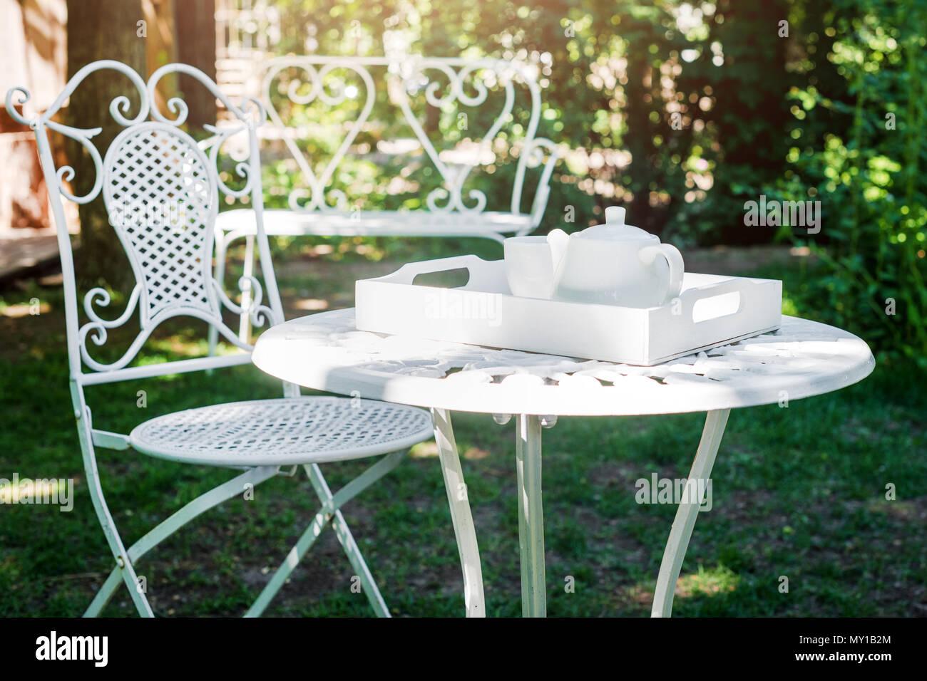 Table basse avec plateau pot et verre sur plateau en bois ...
