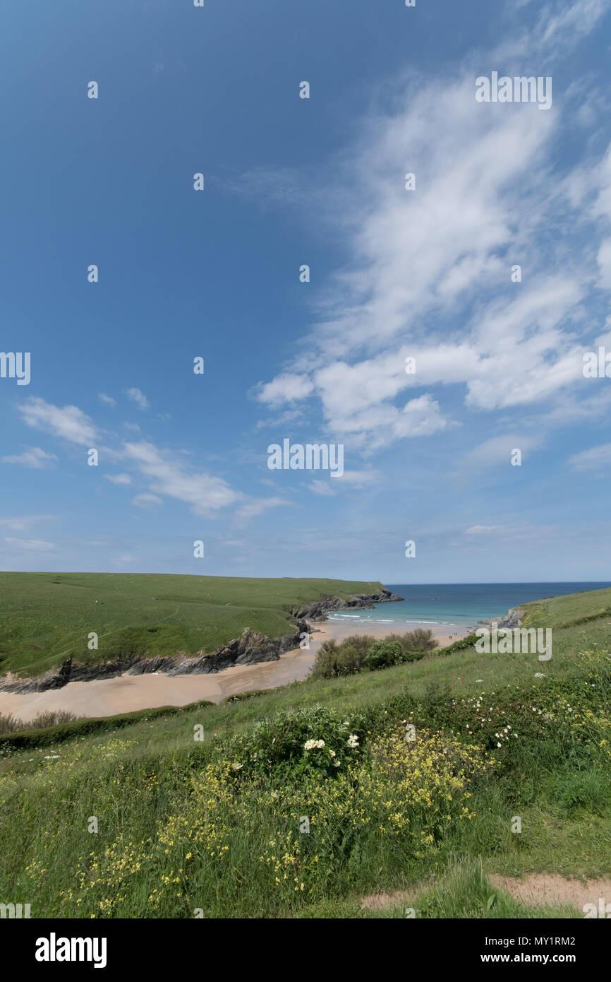 Vue éloignée sur Polly Joke plage de Crantock Photo Stock