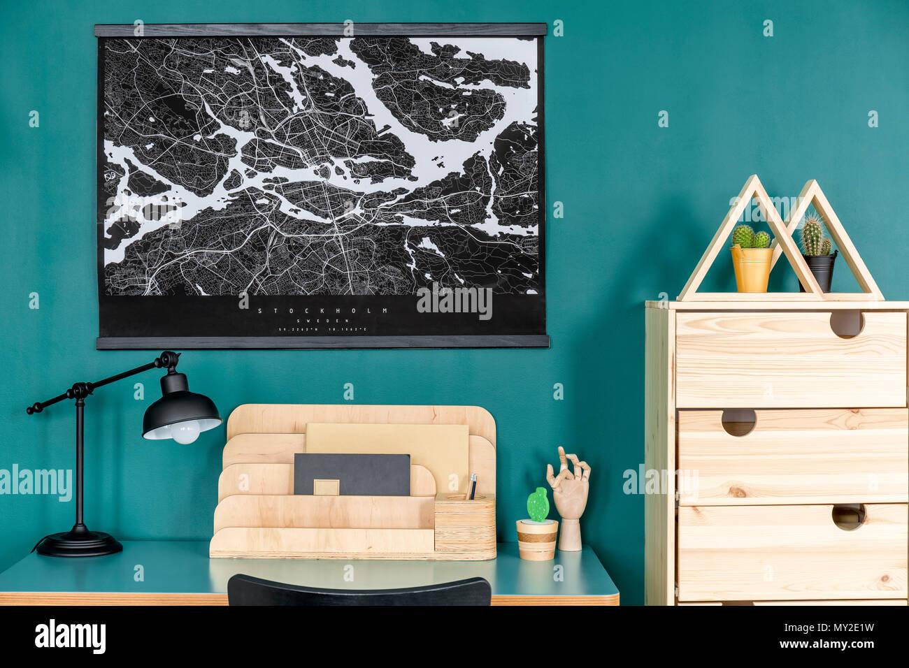 Carte noir sur vert mur au dessus de bureau avec lampe et