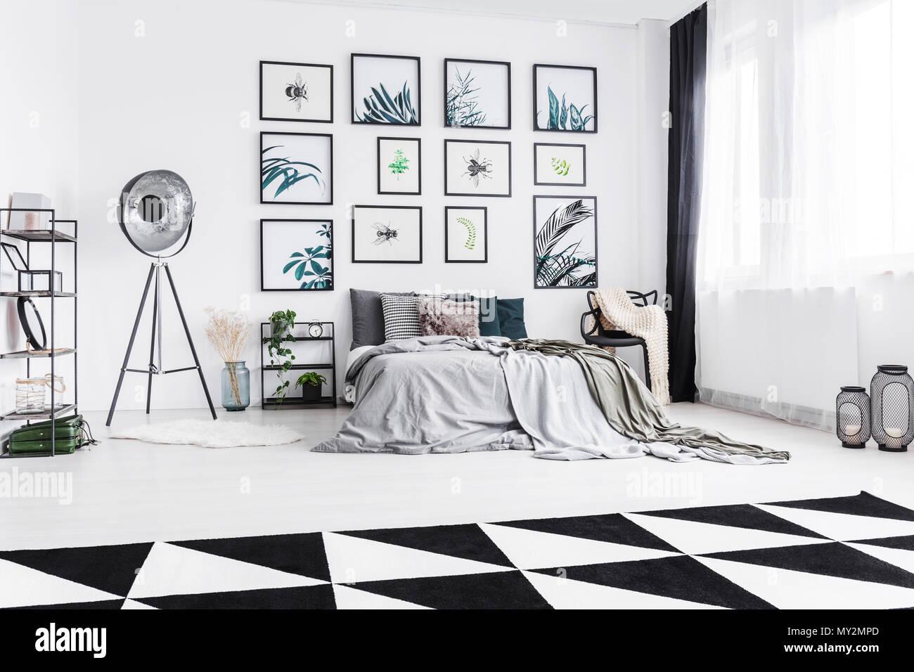 Photo réelle d\'un noir et blanc chambre avec un lit debout entre une ...