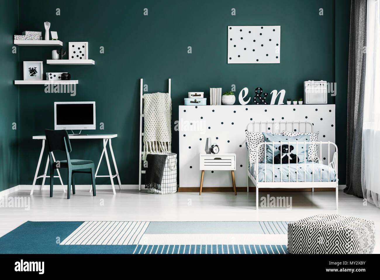 Métal blanc lit par un mur à pois avec décorations et d un
