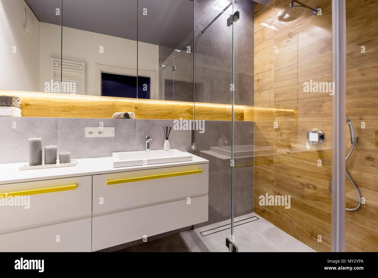Mur en bois dans une salle de bains moderne avec un miroir au-dessus ...