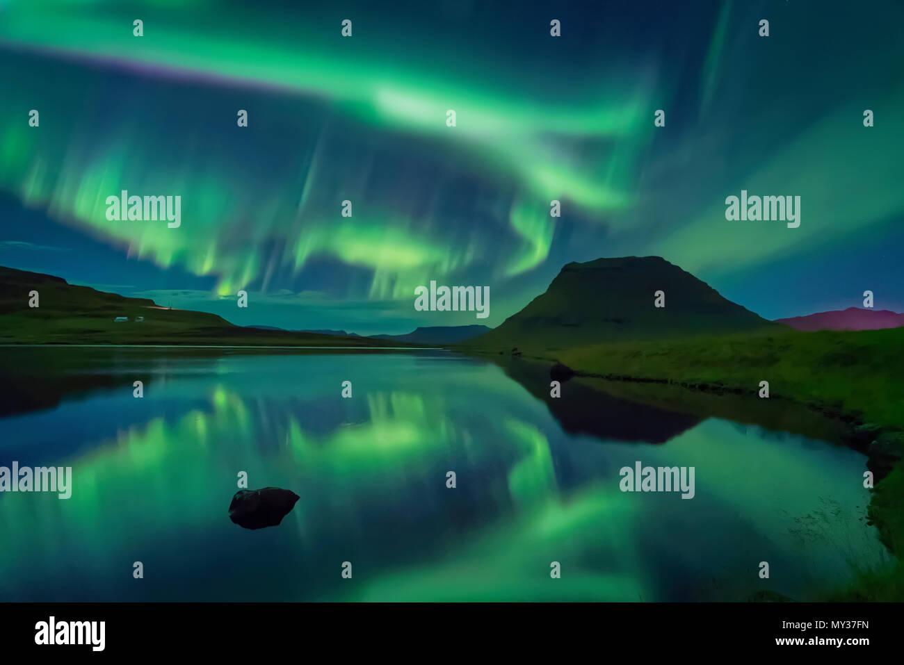 Aurora Borealis, Mt. Kirkjufell, Grundarfjordur, Islande Photo Stock