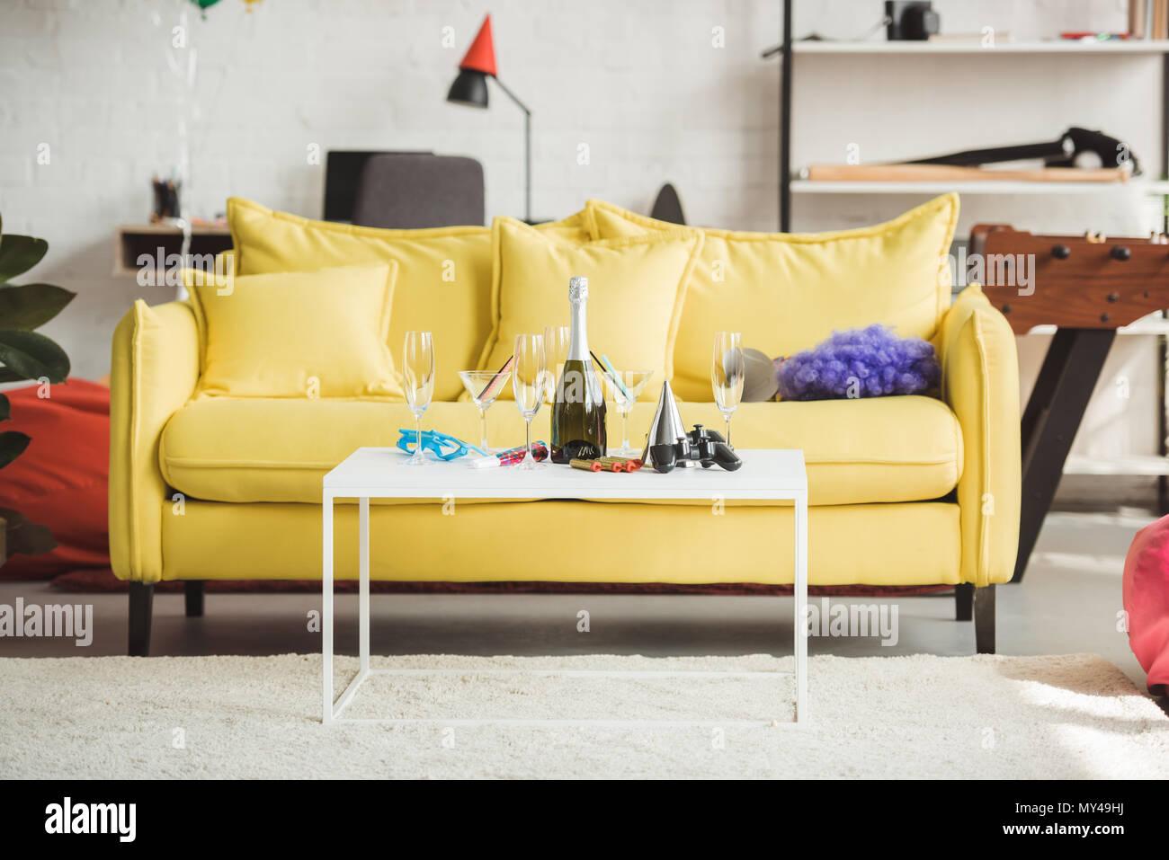 Intérieur Du Salon à La Décoration Moderne Avec Bouteille De Champagne,  Verres, Joystick Et Partie De Lu0027offre Sur Le Tableau
