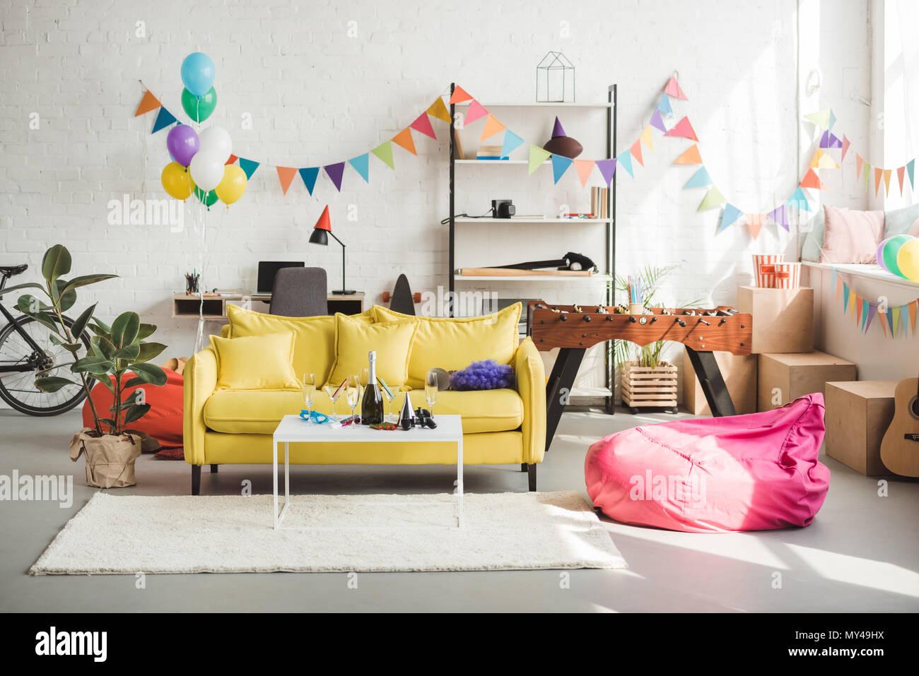l'intérieur de cette chambre confortable décorée avec des ballons et