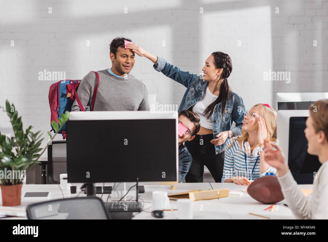 Jeunes hommes modernes avec tablette dans le bureau