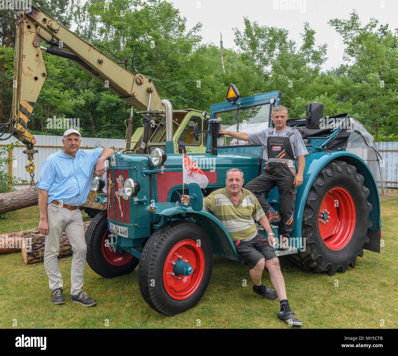 05 juin 2018, l'Allemagne, Philadelphie: Holger Ackermann, (de gauche à droite) bee-keeper et maire de Schauen brut, Ralf Ralf et Tamzow Wittke de la Verein e.V. ('Schlepperfreunde Philadelphie Philadelphie Tracteur Club des Amis d') sur un vieux tracteur robuste 626 800 à partir de l'année 1965. Le Club a un penchant pour les vieilles machines agricoles. En fonction de l'expérience antérieure, de nombreux visiteurs se joindra alors de nouveau sur la sortie de Brandebourg. Photo: Patrick Pleul/dpa-Zentralbild/ZB Photo Stock