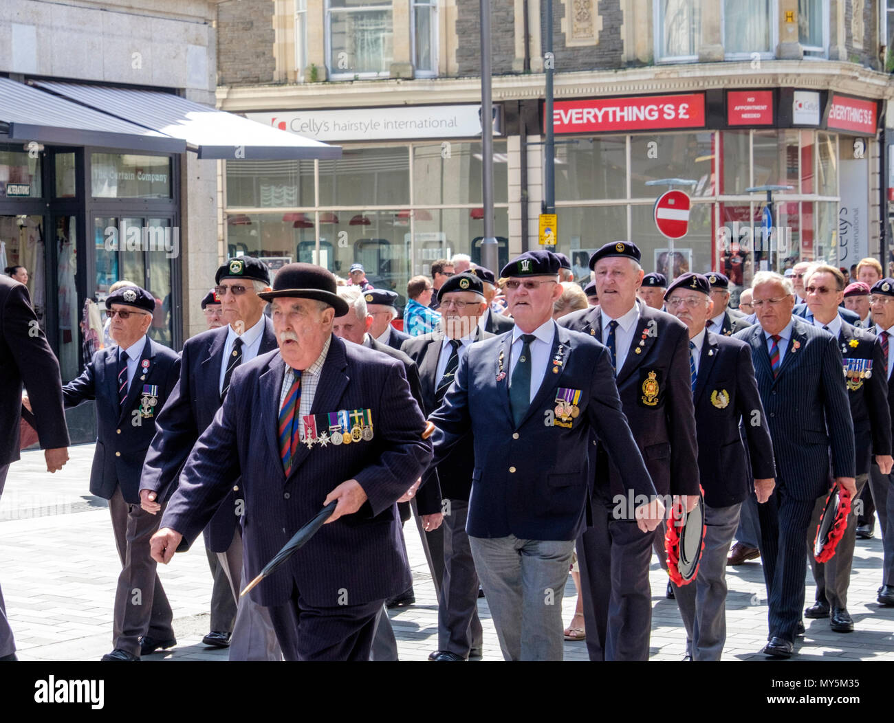 Newport, Gwent, au Pays de Galles, Royaume-Uni. 6 juin, 2018. La parade annuelle organisée par le Royal Welsh association camarades gallois unit des groupes de la Légion britannique et d'anciens membres des forces canadiennes qui souhaitent se souvenir de l'invasion par les forces alliées de l'Europe occupée, le 6 juin 1944. Sur ce 74e anniversaire, les chaussures ont été brillait et médailles poli avant ils ont paradé fièrement et ont descendu le haut st au D-Day Memorial. Après le court, la foule a applaudi. © Crédit: Mr Standfast/Alamy Live News Photo Stock
