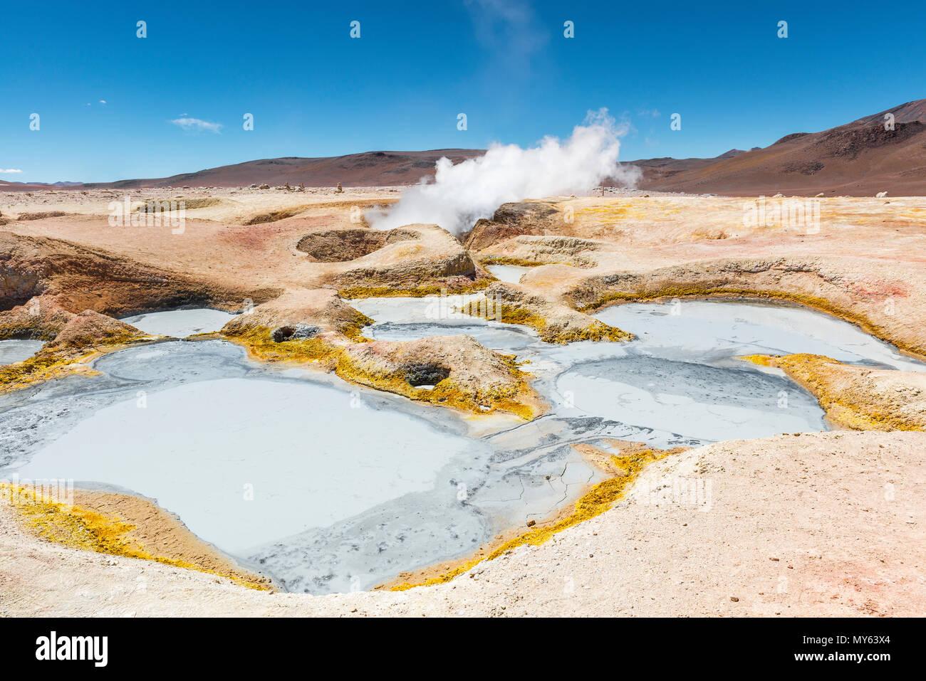 L'activité volcanique du sol de Mañana en Bolivie entre le Chili et l'Uyuni Salt Flat. Puits de boue et les fumerolles de vapeur d'eau les sentiers dans les Andes. Photo Stock