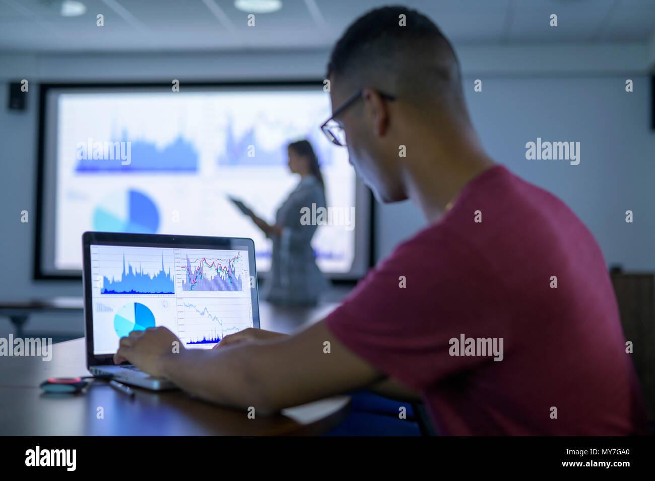 Businessman affichage des graphiques et des tableaux sur l'ordinateur portable en réunion d'affaires Banque D'Images