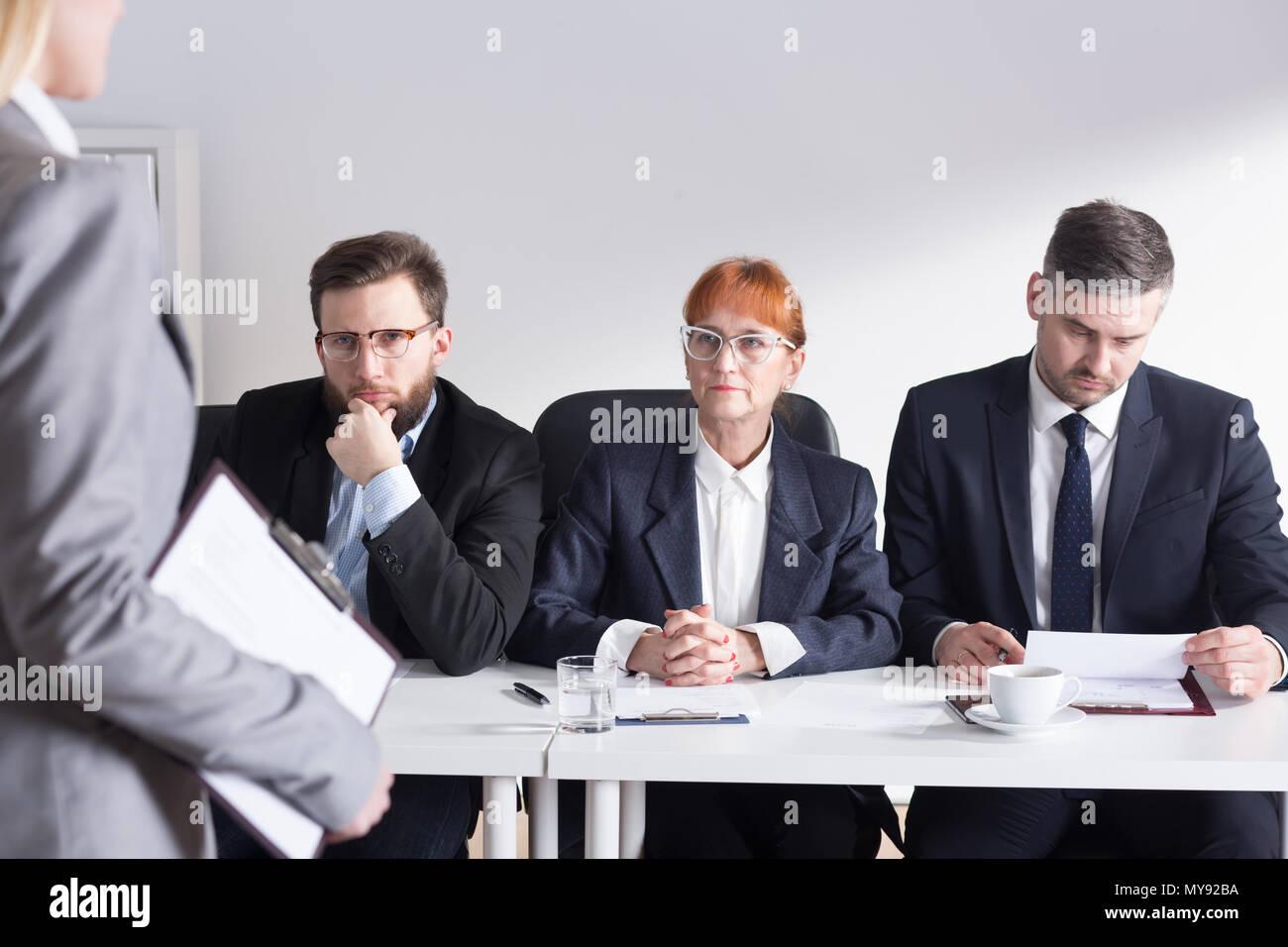 Trois membres de la direction au cours d'interview de demandeur Photo Stock
