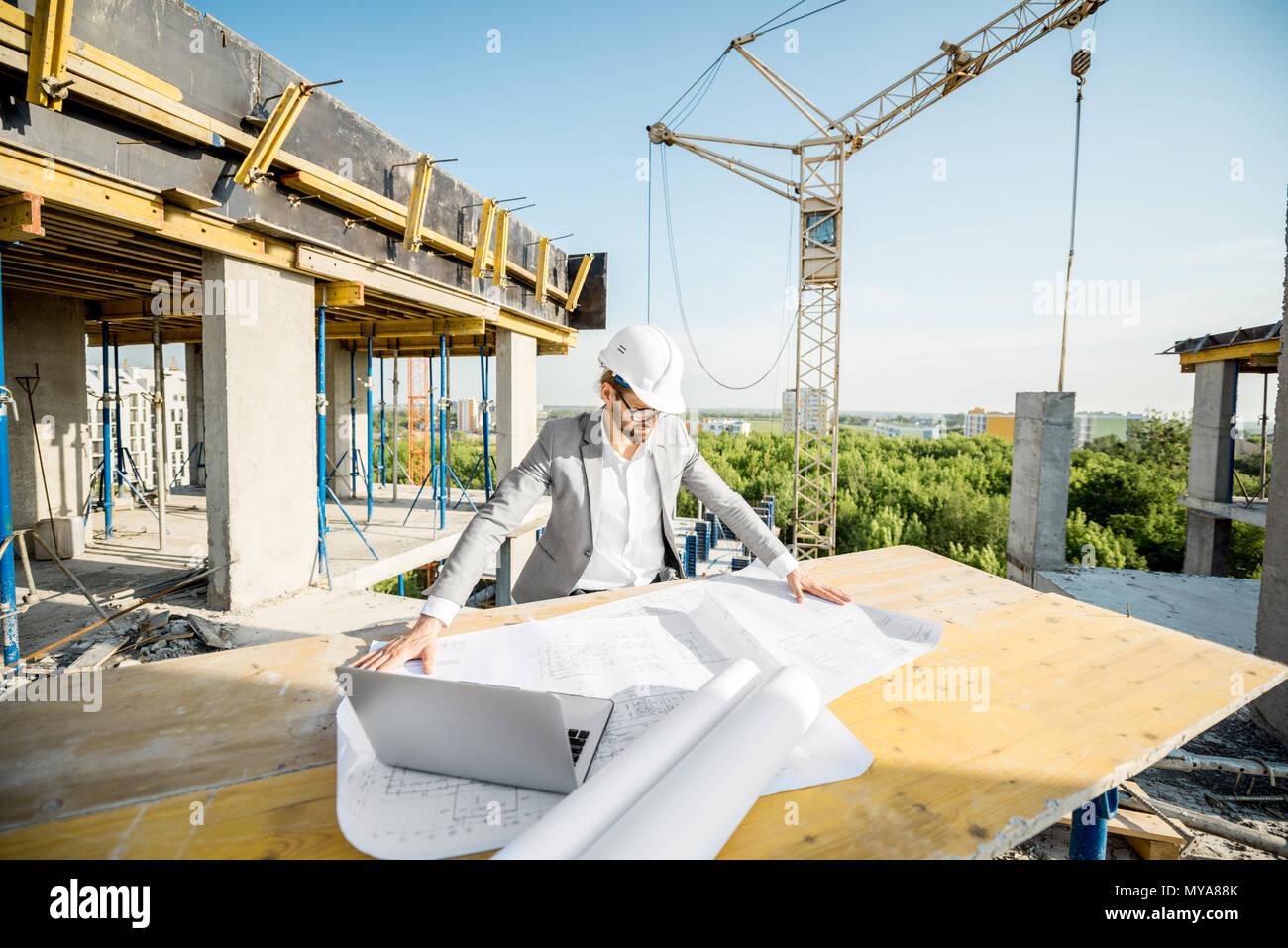 Ingénieur avec dessins sur la structure Photo Stock