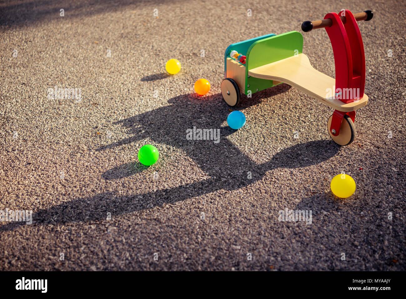 Vintage style coloré en bois location et beaucoup de petites boules sur le bitume, à l'extérieur pour les enfants, d'enfance heureux concept Banque D'Images