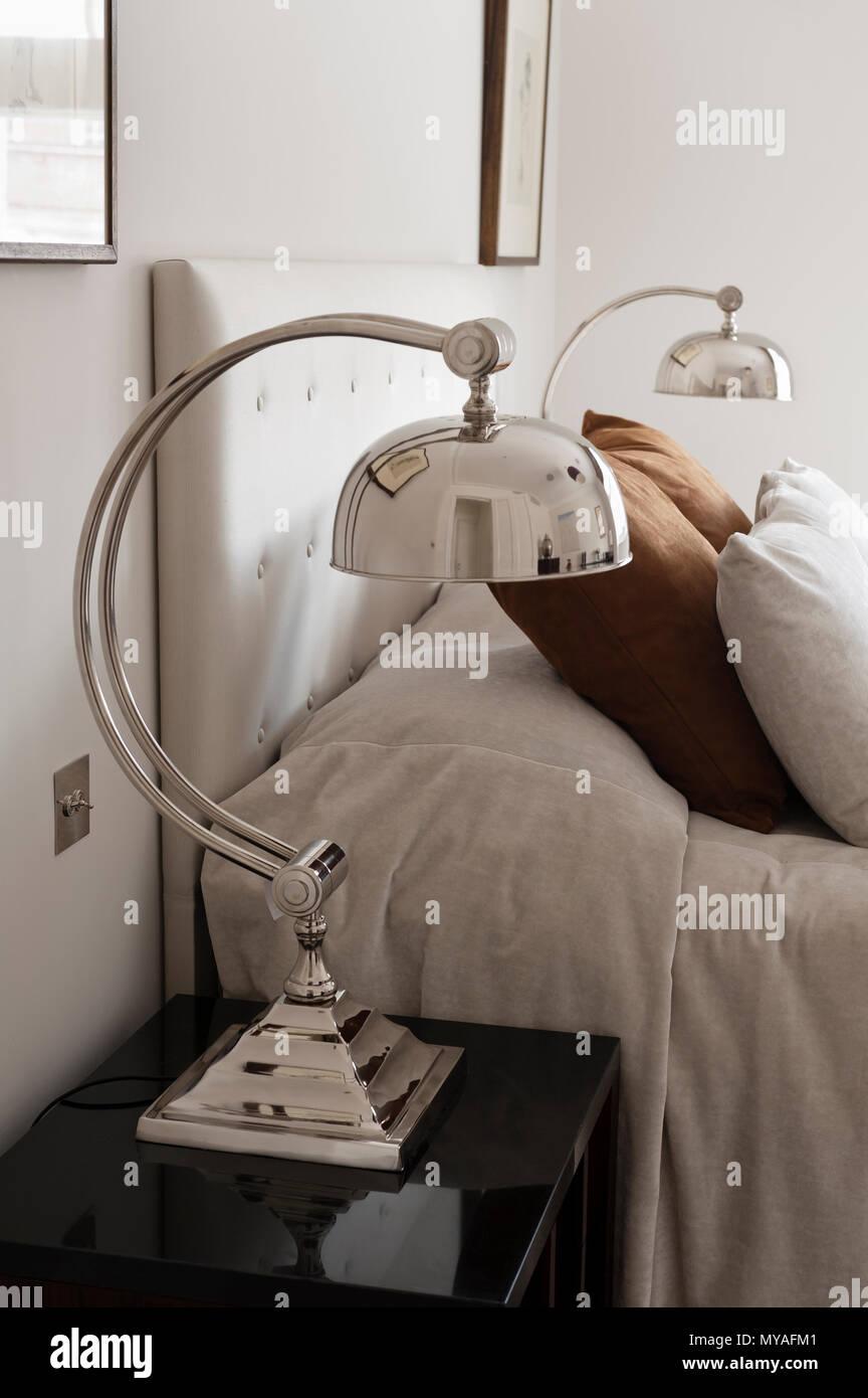 Lampes correspondantes à côté d'un lit double Photo Stock