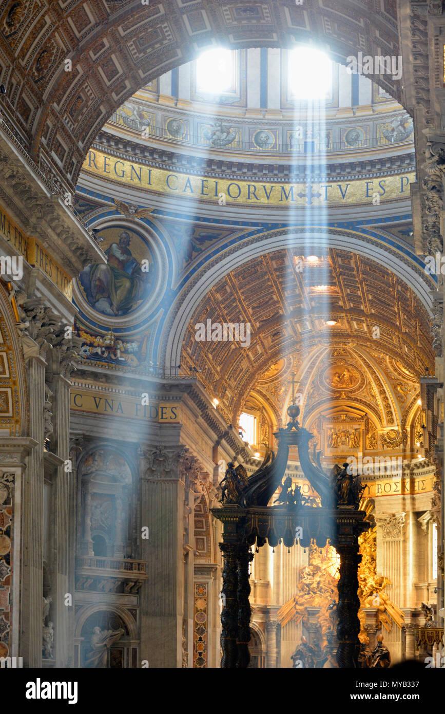 La basilique Saint Pierre, de l'intérieur à la nef vers le bas avec la lumière (rayons crépusculaires ou Dieu) à partir de la coupole, avec baldacchino (droite), Cité du Vatican, Rome, Italie Photo Stock