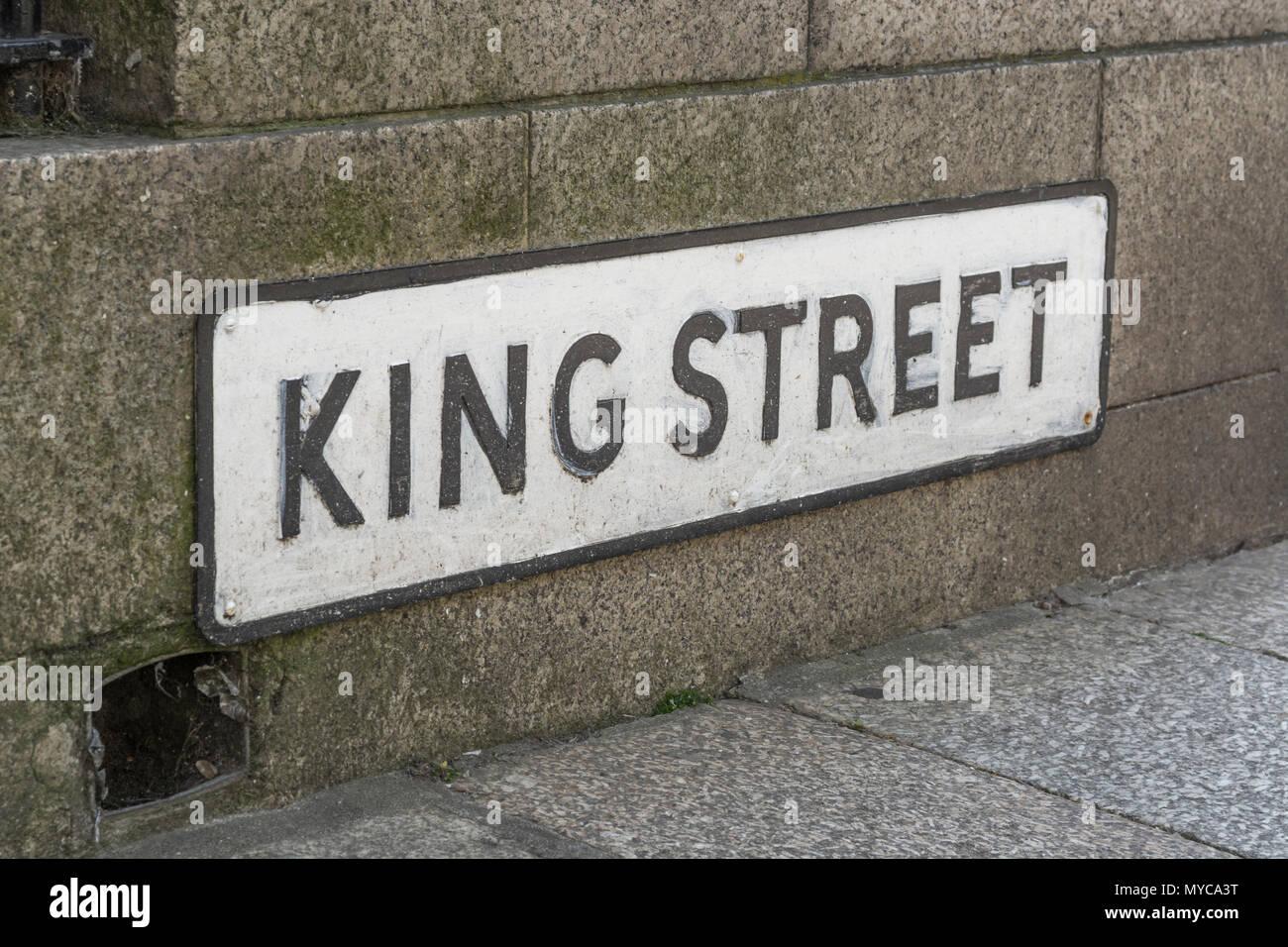 La hauteur de la chaussée pour signer King Street à Truro, Cornwall. Photo Stock
