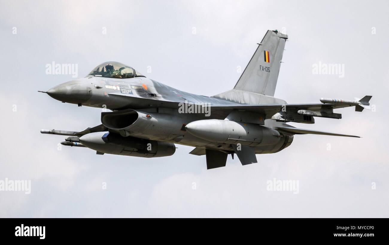 FLORENNES, BELGIQUE - JUN 15, 2017: la Force Aérienne Belge General Dynamics F16 Fighting Falcon fighter jet avion en vol. Banque D'Images