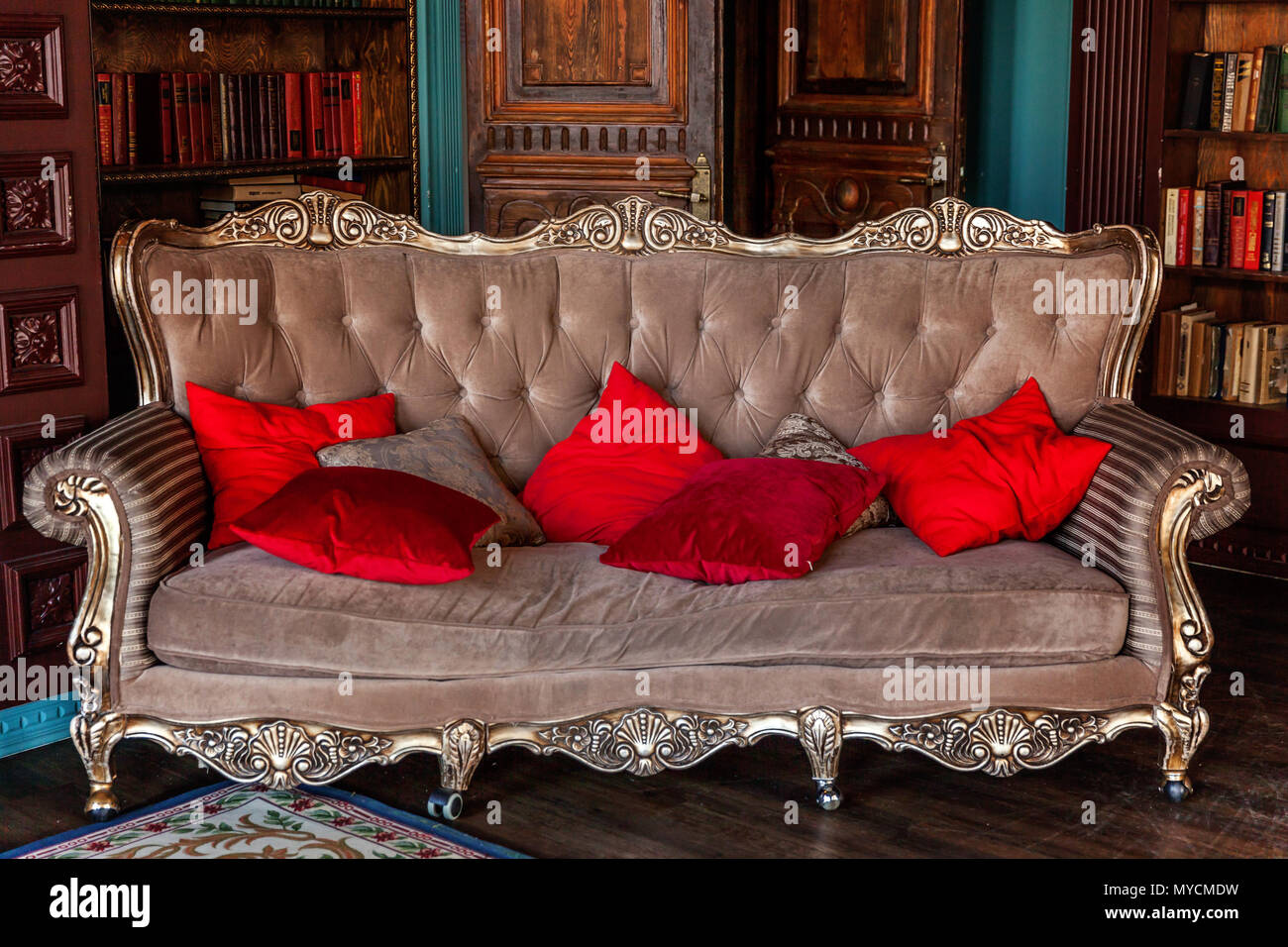 Intérieur classique de luxe accueil bibliothèque. Salon avec ...