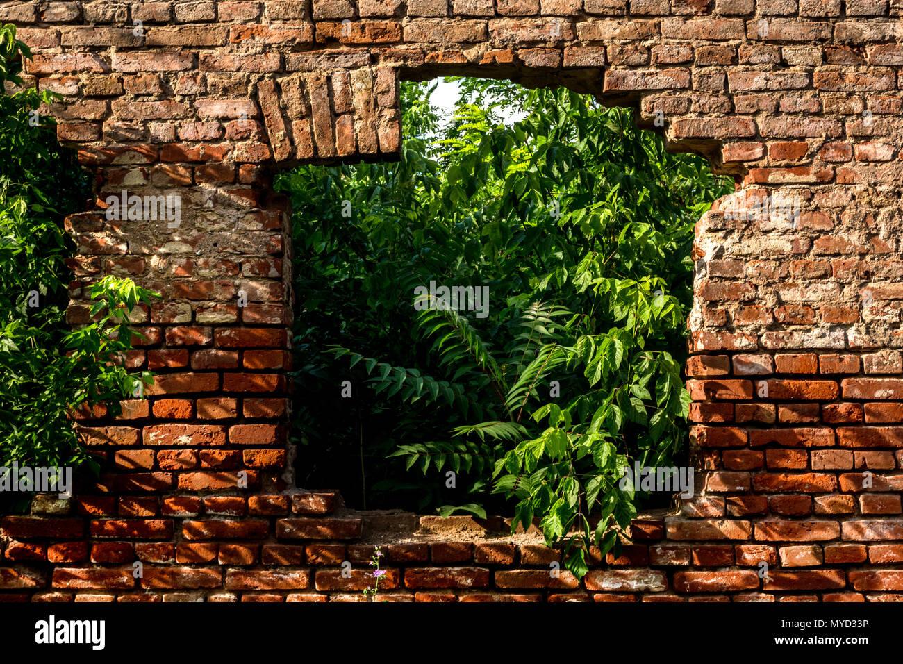 Mur de brique rouge avec vieille ruine fenêtre sur chambre ...