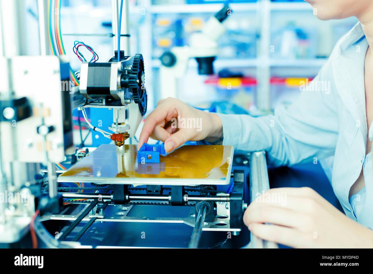 Imprimante 3d à l'aide du technicien. Banque D'Images