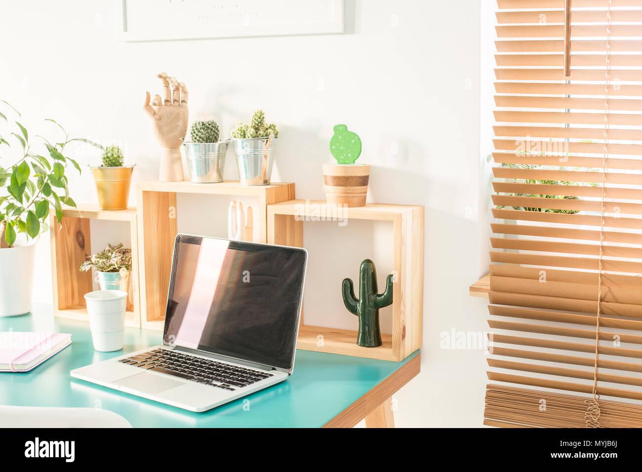 Fenêtre avec stores en bois en blanc prix intérieur avec bureau à