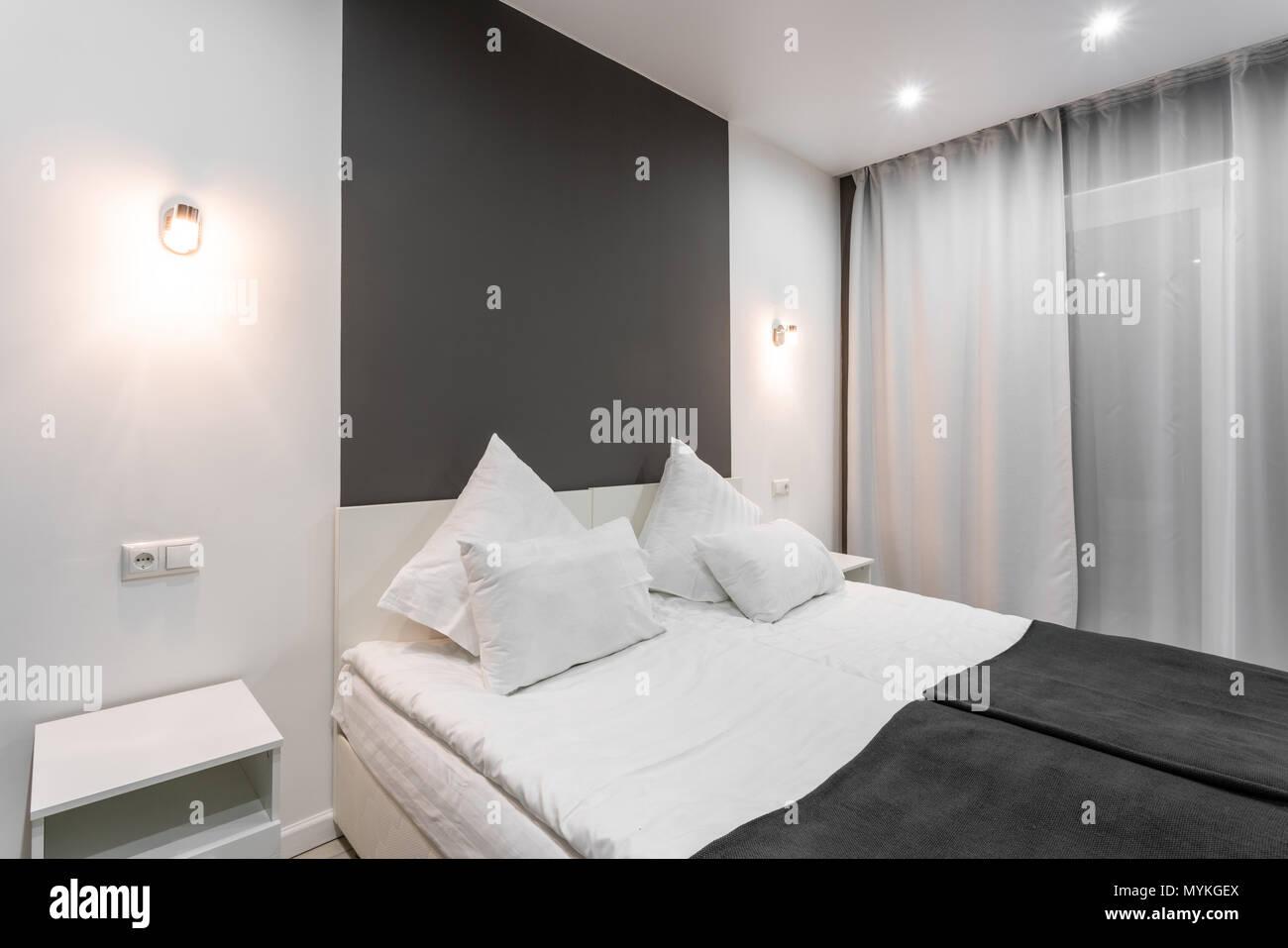 Chambre standard de l\'hôtel. chambre à coucher moderne avec ...