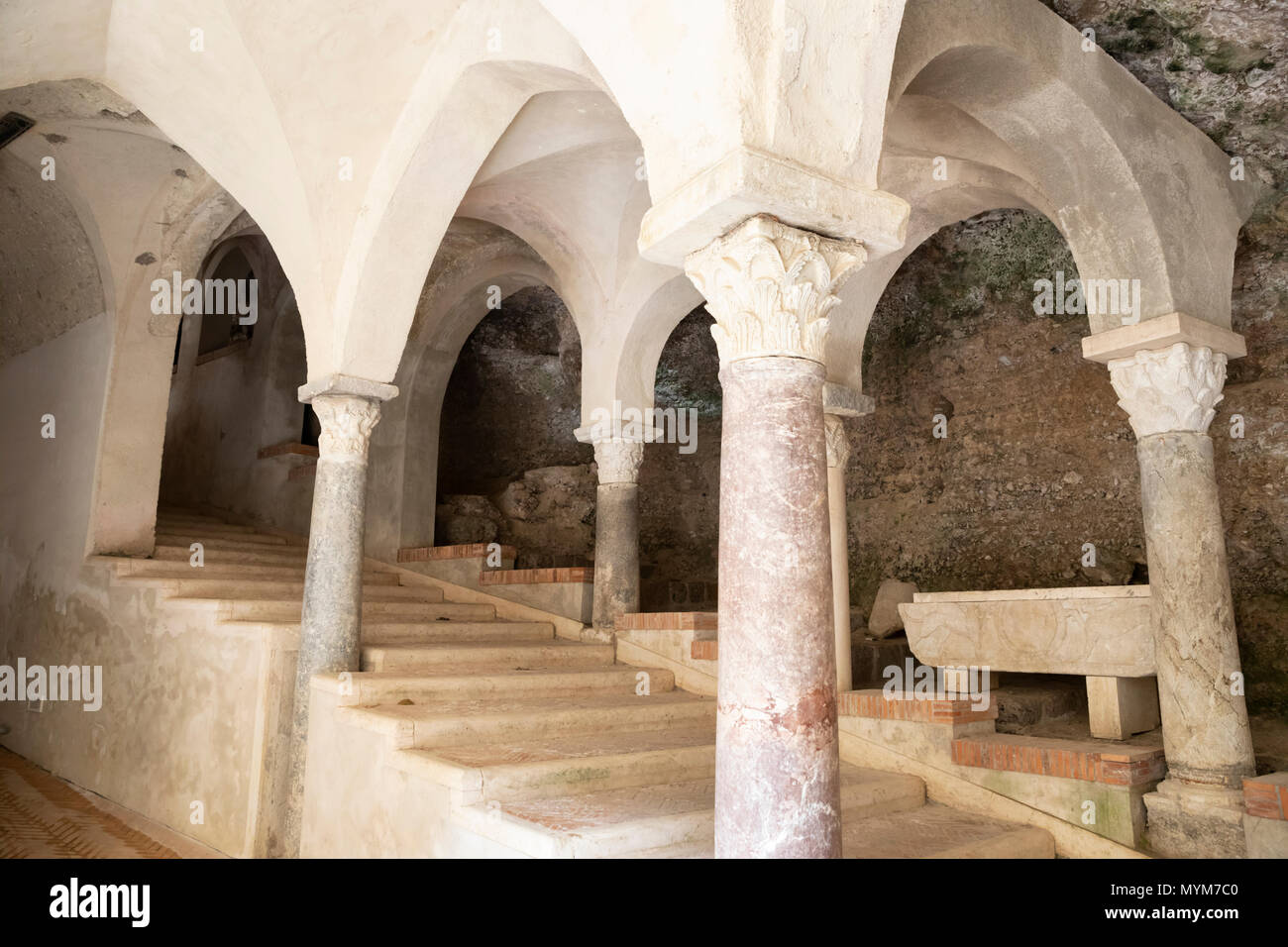 Escalier souterrain par le cloître de l'abbaye bénédictine de SS Trinita qui abrite des moines bénédictins de l'Ordo Cavensis, Corpo di Cava Photo Stock