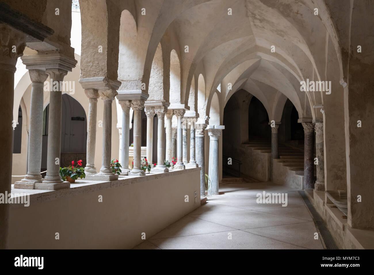 Le cloître roman du 13e siècle de l'abbaye bénédictine de SS Trinita qui abrite des moines bénédictins de l'Ordo Cavensis, Corpo di Cava Photo Stock