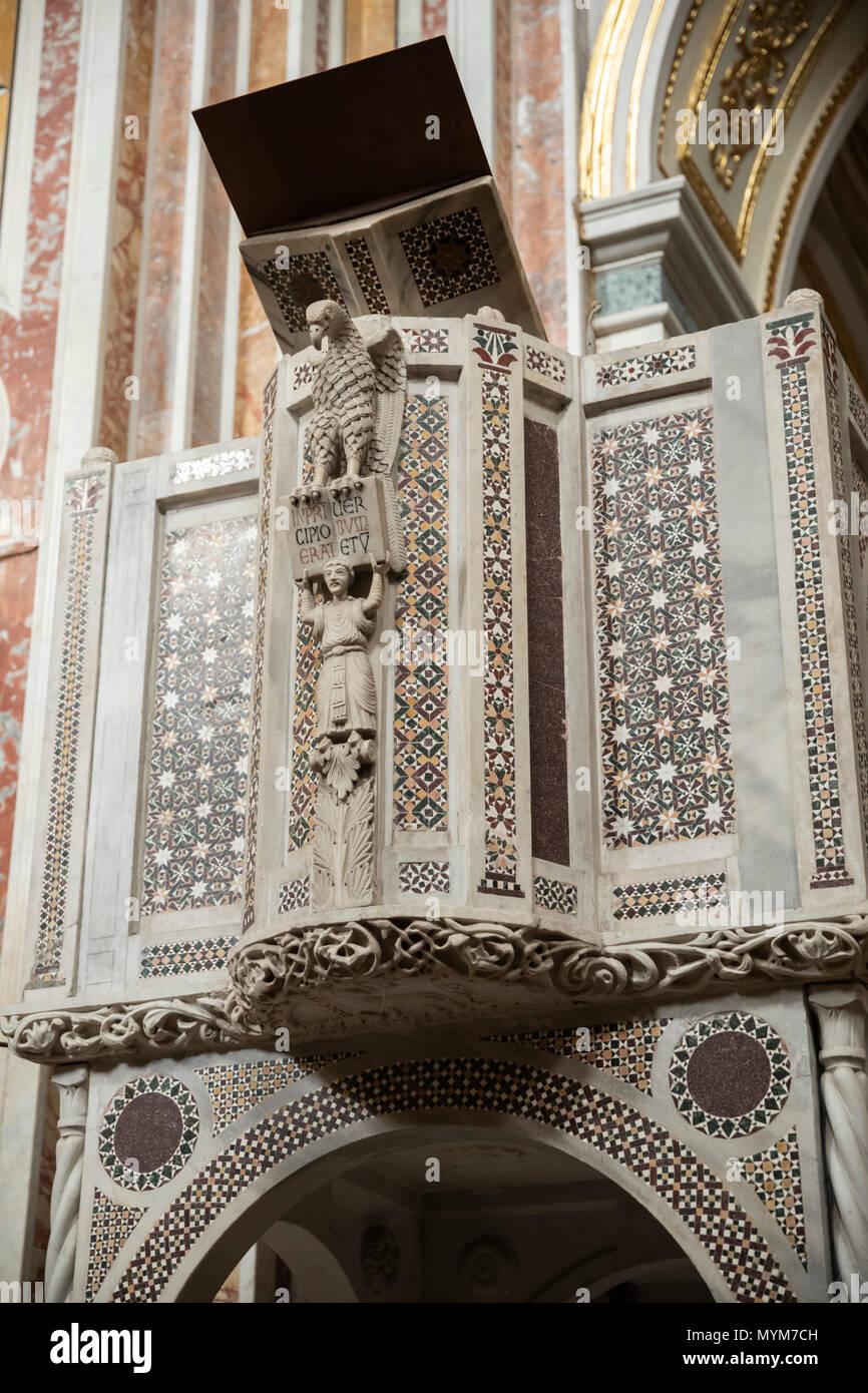 L'intérieur de la chaire Norman abbaye bénédictine de SS Trinita qui abrite des moines bénédictins de l'Ordo Cavensis, Corpo di Cava, Campanie, Italie Photo Stock