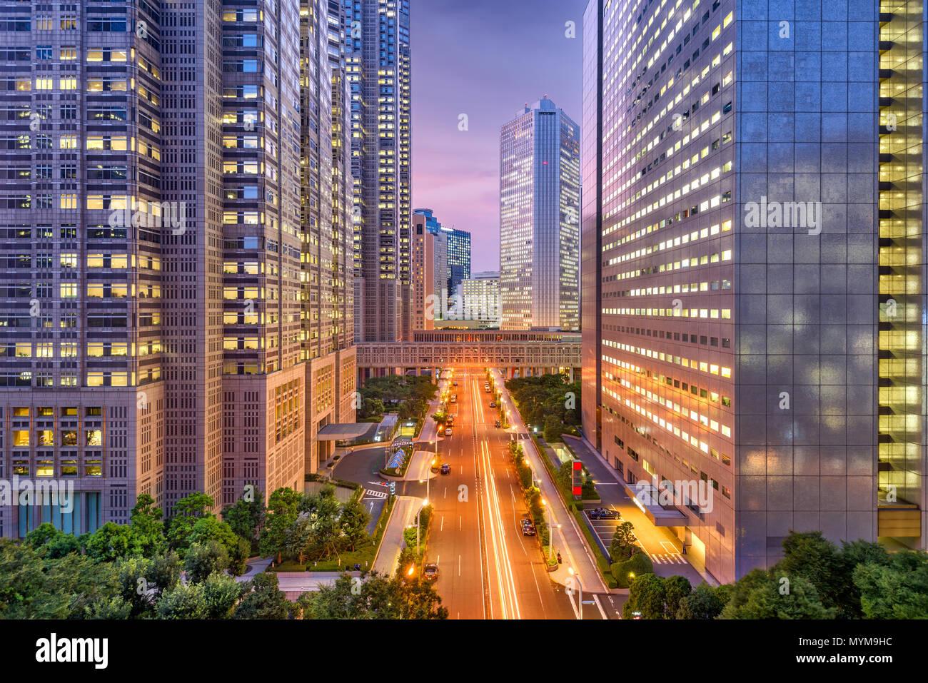 Shinjuku, Tokyo, Japon paysage urbain à travers les bâtiments du Gouvernement Métropolitain au crépuscule. Photo Stock